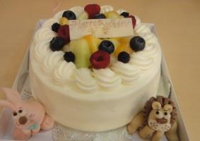 季節のフルーツのショートケーキにマジパンで作った動物を飾りました